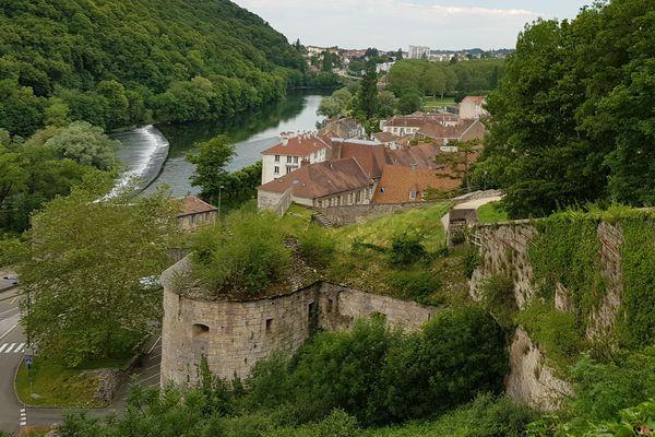 A Besançon, il suffit de monter quelques dizaines de mètres par un sentier pour retrouver les traces de l'histoire de la ville