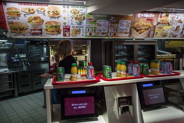 Fast-food, gardiennage, baby-sitting, les étudiants financent leurs études en travaillant.