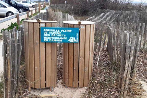 Un des panneaux apposé devant les poubelles de la plage de l'Almanarre