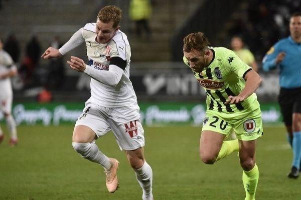 Le défenseur suédois d'Amiens, Emil Krafth, luttant pour la récupération du ballon avec le milieu de terrain angevin, Flavien Tait, lors de la 18e journée de Ligue 1, le 8 janvier 2019.