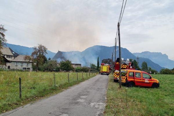 Des pompiers venus de plusieurs casernes du département de Haute-Savoie ont été mobilisés