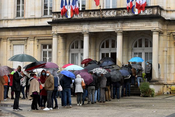 Elections Sénatoriales dans l 'Ain le Dimanche 27 Septembre 2020 - Une longue file d'attente devant la préfecture de l'Ain, à Bourg-en-Bresse, où se déroulait le scrutin