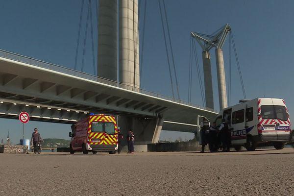 23 avril 2020 – Rouen : intervention des pompiers au pied du pont Flaubert pour sauver un homme tombé dans la Seine