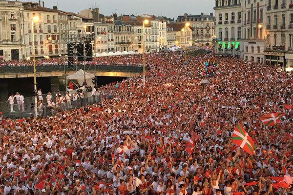 Le rendez-vous rituel des festayres devant la Mairie de Bayonne, ici le 25 juillet 2018.