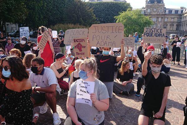 Plus de 1 000 personnes ont défilé pour manifester contre les violences policières place de la République à Lille.