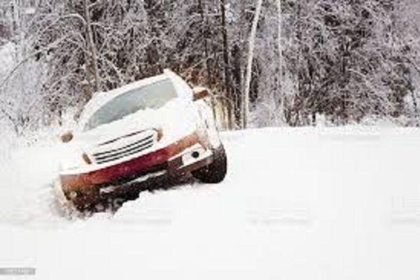 La voiture de l'automobiliste piégé par la neige dans l'Aveyron