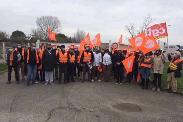 Une quarantaine d'employés ont manifesté ce jeudi 18 février devant le restaurant adapté de la Croix-Rouge