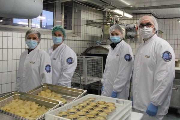 L'équipe de recherche et développement de Hénaff, devant les boîtes de dessert préparées pour Thomas Pesquet