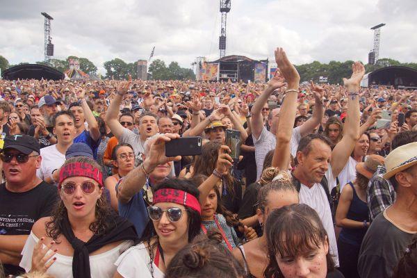 La joie du public devant la grande scène Glenmor, pendant le concert de HF Thiéfaine