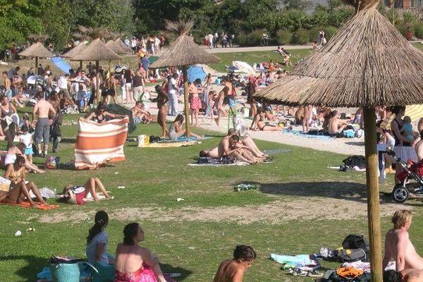 La base de loisirs de Cergy Pontoise possède plus de 5000m² de sable fin, un toboggan géant de 150m, un toboggan rectiligne multipiste, une pataugeoire et des jeux d'eau.