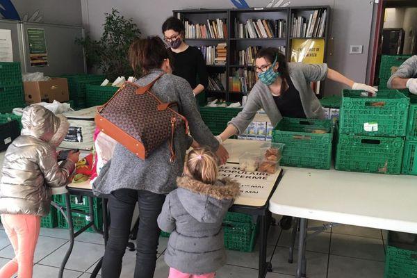 Chaque jeudi les distributions du Secours Populaire du Puy-de-Dôme sont égayées par les repas préparés par des chefs cuisiniers privés de leur travail par le coronavirus.