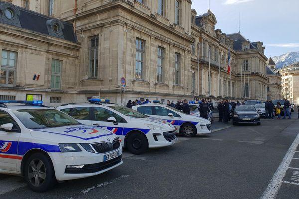 Ce 14 décembre une cinquantaine de voitures de police, gyrophares allumés mais sirène éteinte, est postée devant la préfecture pour protester contre les propos d'Emmanuel Macron sur le contrôle au faciès.