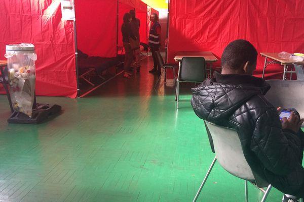 Des tentes ont été installées gymnase Léo Lagrange pour accueillir les migrants, septembre 2018