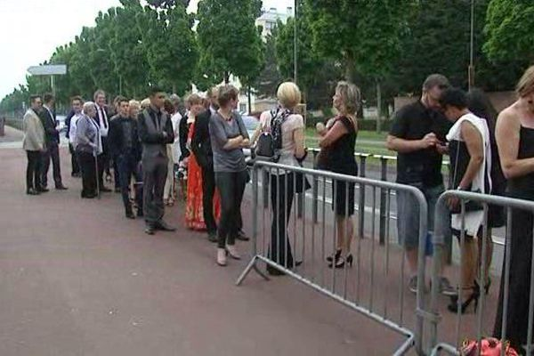 La file d'attente pour les aspirants figurants au casting du film Happy End