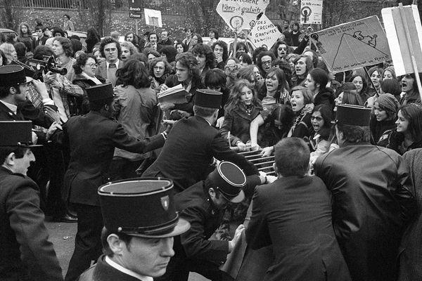 En 1971, 343 femmes déclarent publiquement avoir avorté dans un Manifeste.