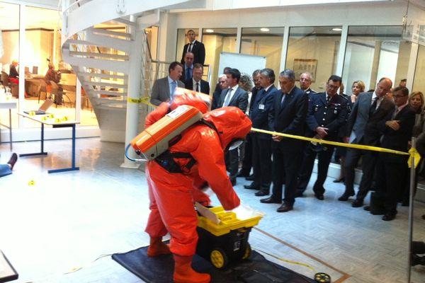 Manuel Valls s'est aussi attardé au laboratoire de la police scientifique d'Ecully