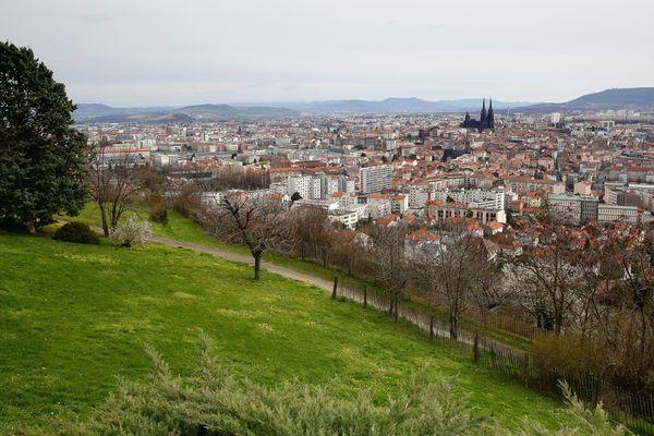 La municipalité de Clermont-Ferrand a décidé de fermer les parcs et les jardins en raison des fortes rafales de vent.