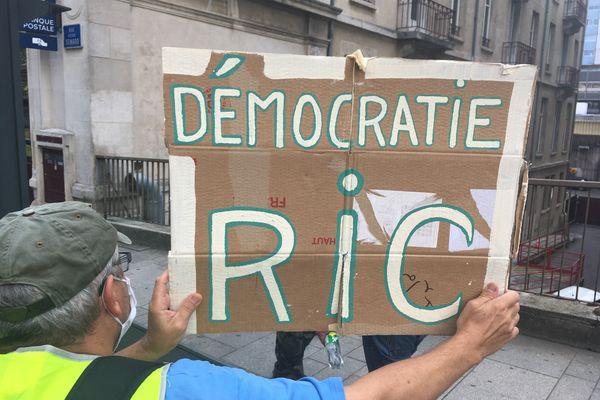 Manifestation à Nancy de gilets jaunes revendiquant l'instauration du referendum d'initiative collective