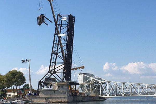 Sète (Hérault) - le pont mobile Sadi-Carnot levé est en cours de démolition - 10 septembre 2018.