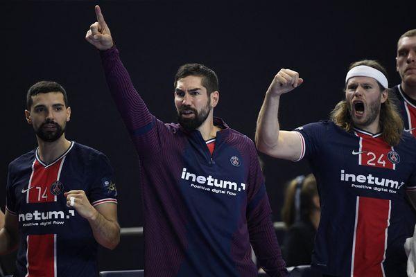 Les joueurs du PSG Handball célebrent leur troisième place en Ligue des Champions