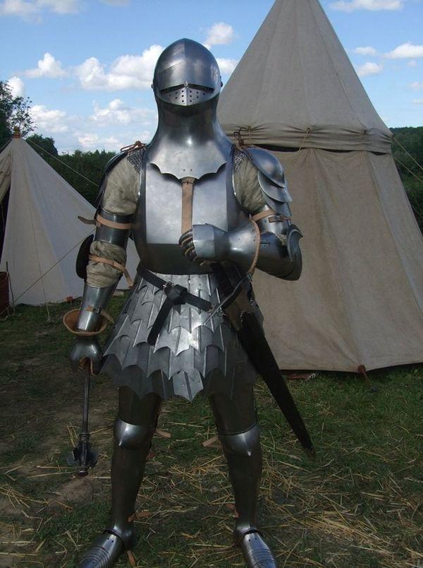 Une armure de l'époque d'Azincourt reconstituée par l'association Genz d'armes 1415.