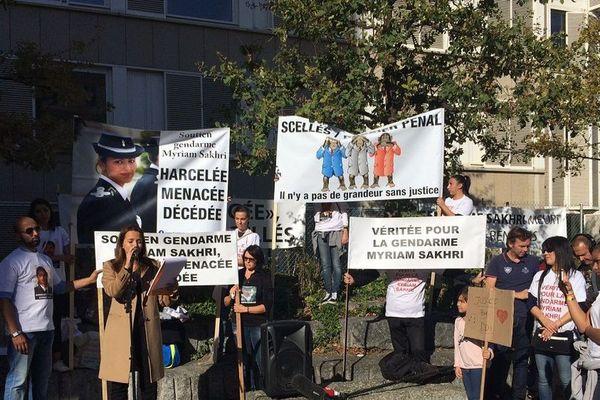 En octobre 2018 la famille de Myriam Sakhri se rassemblait déjà devant le tribunal de Lyon, pour que toute la lumière soit faite sur cette affaire. Photo d'archive.