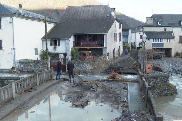 À Bielle, la rivière est subitement sortie de son lit et a endommagé les habitations.