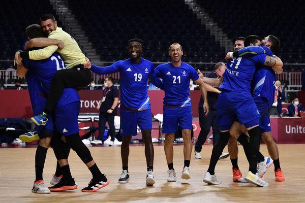 L'équipe de France de handball célèbre après sa victoire contre le Danemark en finale des Jeux Olympiques de Tokyo, le 7 août 2021.