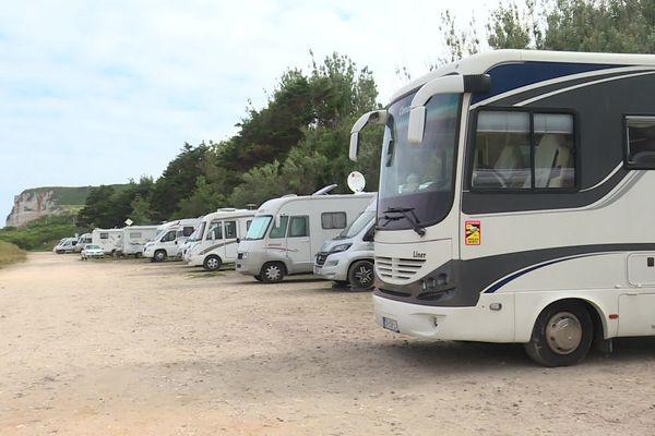 Alignement de camping-cars sur un parking situé en bord de mer à Saint-Jouin-Bruneval près d'Etretat