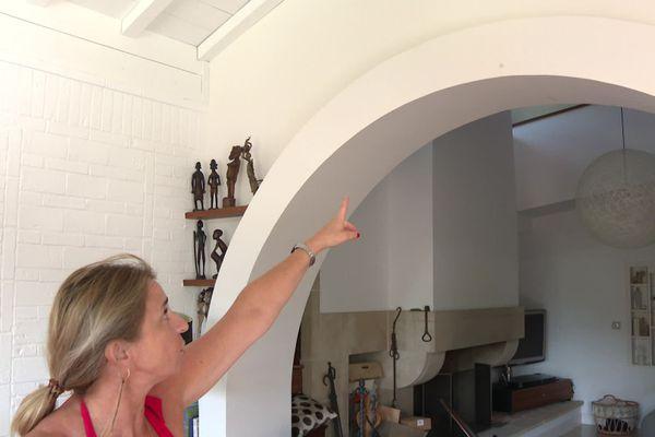 Le mur porteur du salon porte encore la marque de l'impact de la balle.