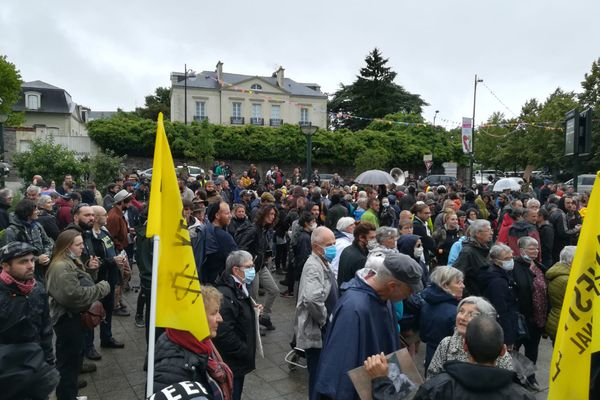 Plus de 300 personnes se sont réunies à Redon pour dénoncer l'attitude des autorités lors de la rave party qui s'est déroulée le 19 juin.