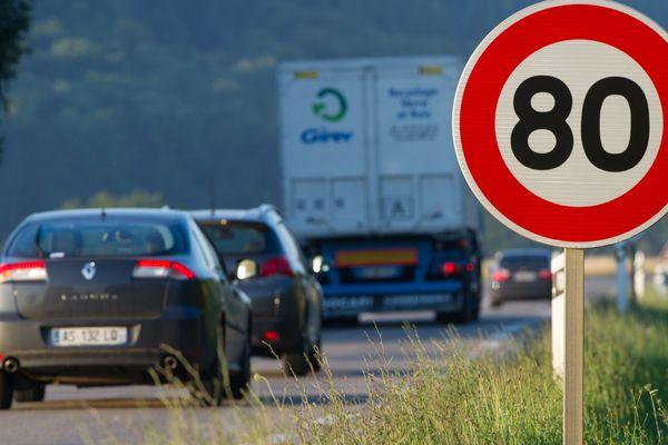 Panneau situé sur la RN57, à Hyet (Haute-Saône), où l'abaissement de la vitesse à 80km/h a été testé.