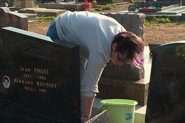 Julie Fauchot entretient les tombes en Haute-Saône sur demande des particuliers.