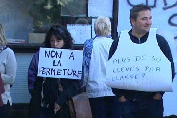 Des parents d'élèves manifestent lundi matin devant l'école maternelle des cèdres, à Châteaugay (63).
