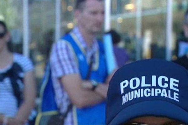 Montpellier - les policiers municipaux manifestent devant la mairie - 21 juin 2013.