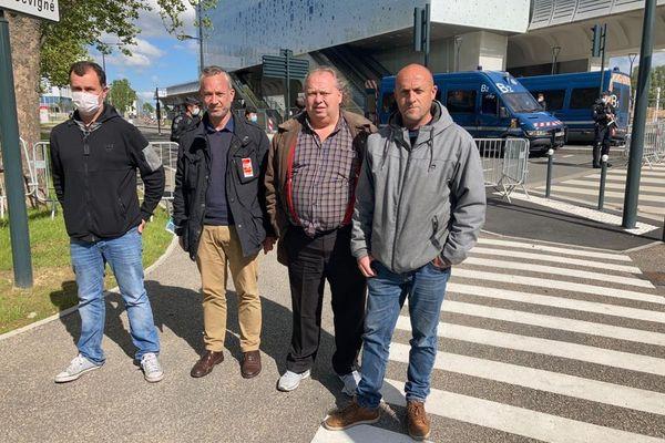 Les représentants des salariés de la Fonderie de Bretagne (dont Maël Le Goff de la CGT à gauche) dépités et remontés à la sortie de la réunion avec des dirigeants de Renault