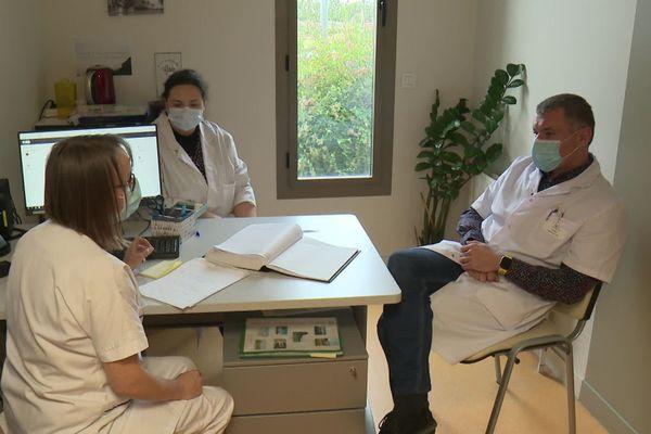 L'équipe du docteur Sperléa en discussion à l'unité psychiatrique de l'hôpital de Pontivy