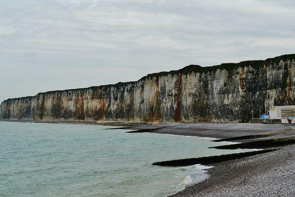 Sur la Côte d'Albâtre, les falaises de St Valéry en Caux passeront ce lundi sous les nuages d'un ciel couvert.