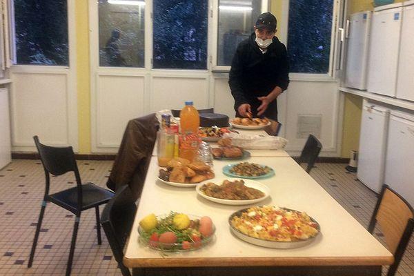 Abdel dans la cuisine du foyer Adoma de la rue du Père Soulas à Montpelier en pleine pandémie du Covid-19