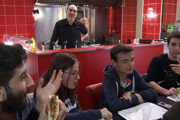 Youssef, le patron du kébab Mogador et ses clients