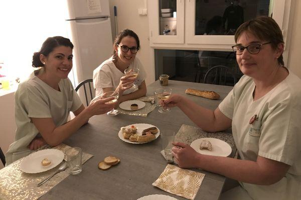 L'équipe de nuit de la maternité de Romorantin-Lanthenay dans le Loir-et-Cher, le soir de la Saint-Sylvestre 2020 trinquant avec quelques bulles sans alcool.