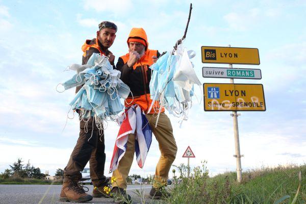"""""""La marche contre les déchets"""", c'est une opération entre Paris et Marseille pendant laquelle Eddy et Fred ramassent tous les masques jetés en pleine nature."""