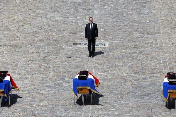 François Hollande a rendu un hommage national à trois soldats du 511e RT d'Auxonne lors d'une cérémonie solennelle dans la cour d'honneur des Invalides à Paris,  mercredi 20 avril 2016.