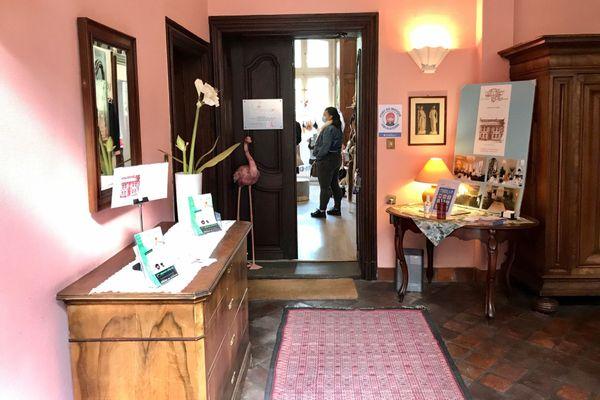 La porte des Femmes en rose est toujours ouverte. Et il y a du passage toute la journée!