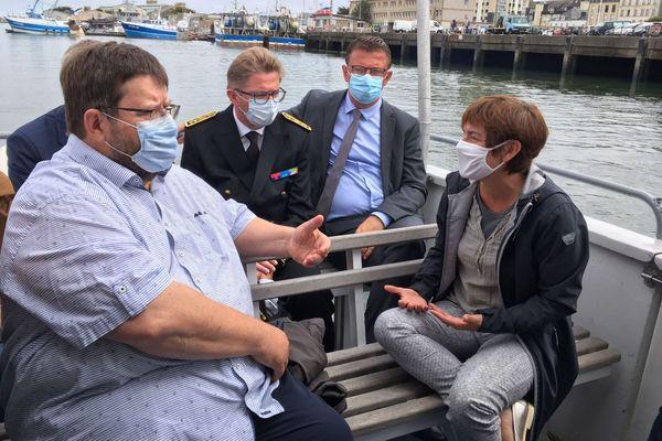 La ministre Annick Girardin, en déplacement à Cherbourg pour la 3e édition de la Drheam Cup, échange avec Dimitri Rogoff, président du comité régional des pêches de Normandie