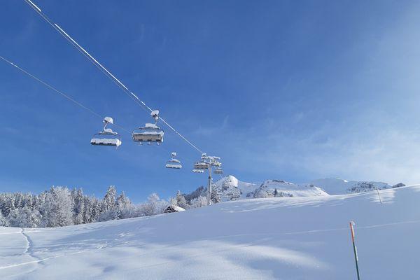 Les remontées mécaniques sont fermées au grand public comme au Grand Bornand, dans le massif des Aravis, en Haute-Savoie, le 18 janvier 2021.