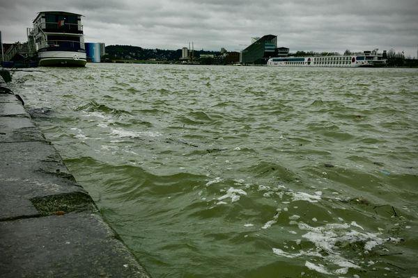 Les quais de Rouen en début d'après-midi ce dimanche 9 février, le niveau de la Seine est haut.