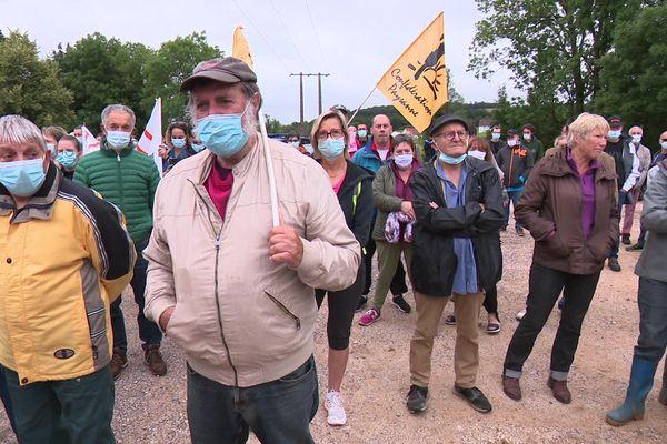 Une centaine de personnes a manifesté dans les rues du petit village de Grandvelle (Haute-Saône) pour s'opposer au projet d'implantation d'une unité de méthanisation