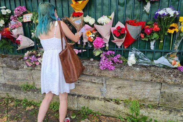 Ils sont venus accrocher des fleurs pour Sandra, 31 ans, poignardée vendredi à son domicile par son ex-compagnon.