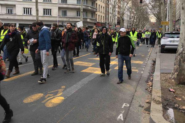 Le cortège cherche parfois sa direction. La manifestation n'a pas été déclarée auprès de la préfecture.